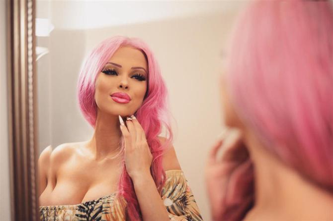 Barbie Bebeğe Benzemek İçin Servet Harcıyor
